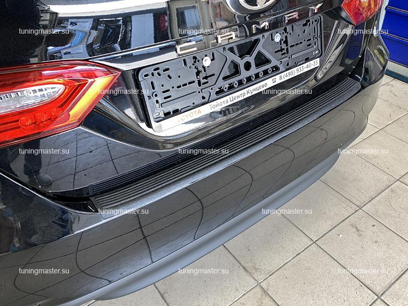 Накладка на задний бампер Toyota Camry XV70 с загибом (пластик)
